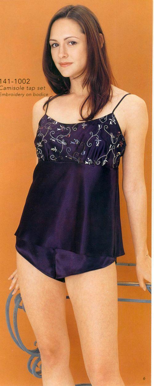 無袖女用胸衣 + 內褲. 材質: 100% polyester.